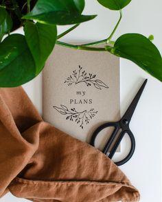 A5-kokoinen kasviaiheinen vihko muistiinpanoillesi! 36 tyhjää tai viivallista sivua - sinä päätät. 100 % ekologinen ja kotimainen. #planner #scrabbook #notebook #vihko #bulletjournal #ekologinen #kotimainen #madeinfinland Notebooks, Madewell, Tote Bag, How To Plan, Bags, Handbags, Notebook, Totes, Bag
