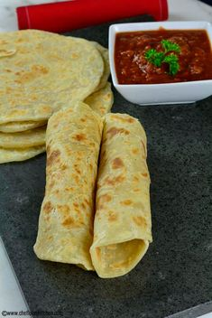 East African Chapati Recipe - How to make Chapati - Mini Bär - African Food African Chapati Recipe, African Bread Recipe, Vegan Recipes, Cooking Recipes, Bread Recipes, Vegan Food, Yummy Recipes, Snacks, Breads