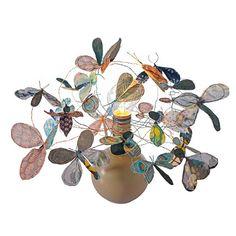 Une lampe ornée d'insectes en tissus