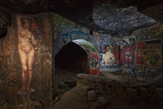 American photojournalist Stephen Alvarez explores the hundreds of miles of tunnels that comprise the Paris underground for the cover story of this month's National Geographic. While many of these locations (like The Catacombs) are open to the… Underground Paris, The Catacombs, Famous Landmarks, French Artists, Graffiti Art, National Geographic, New Art, Street Art, Photo Galleries