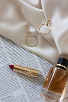 AUrate earrings with perfume and lipstick Flat Lay Photography, Makeup Photography, Jewelry Photography, Creative Photography, Coffee Photography, Cream Aesthetic, Gold Aesthetic, Classy Aesthetic, Aesthetic Coffee