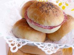 🍔BOTTONCINI AL LATTE MORBIDISSIMI🍔, panini mignon semi-dolci, dal ripieno versatile. Più sono piccoli e più sono sfiziosi! Si trovano spesso sulle tavole imbandite dei buffet e sono soffici soffici. I miei preferiti sono quelli farciti con fette di salame e un velo di maionese 😋. Panini, Semi, Hamburger, Latte, Buffet, Bread, Food, Mayonnaise, Cooking