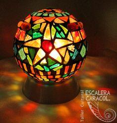 Lámpara realizada por Analía Kirkiasarian http://tallerescaleracaracol.com/artes-del-fuego/mosaico/lamparas/