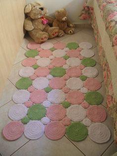 Tapete barbante feito em croche em formato de bolas. <br>Lindo e moderno para decoração de quartos infantis! <br>Medida 1,25 compr. por 0,80 de largura <br>Pode ser feito nas cores de sua preferência!