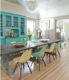 What an amazing turquoise built-in hutch. And notice the bird-themed wallpaper on the ceiling. What do you think about this colorful #diningroom?
