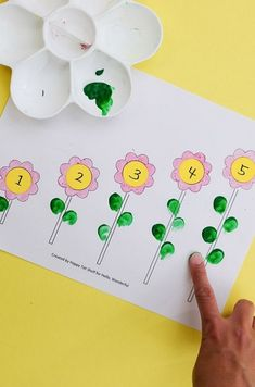 FLOWER LEARNING PRINTABLE - Hello Wonderful One of the best ways for kids to learn anything is through hands on sensory experiences. Here's 4 hands on ways to use this simple printable and teach coloring, number matching, counting and sequencing! Preschool Learning Activities, Preschool Lessons, Spring Activities, Teaching Kids, Activities For 3 Year Olds, Flower Activities For Kids, Quiet Toddler Activities, Preschool Journals, Montessori Kindergarten