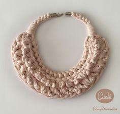Madó Luaces : Collar babero en color rosa palo
