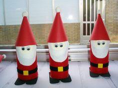 Aquí tenemos unos Papá Noeles hechos con tubos de papel higiénico y fieltro. Una manualidad reciclada ideal para estas navidades. MATERIALES NECESARIOS: Fieltro rojo, negro, blanco. Cartulina roja y amarilla. Ojos móviles, alquil, tijeras, tubos de papel higiénico, plastilina. ELABORACIÓN:...