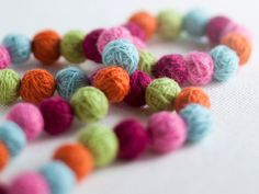Huovuta koruja Tear, Diy Jewelry, Jewellery, Fiber Art, Diy And Crafts, Crochet Necklace, Helmet, Flowers, Crafting