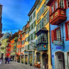 De #Augustinergasse is een pittoresk straatje in het hartje van Zürich met huisjes en winkels die dateren uit de 14de tot 18de eeuw. #Zurich #shopping #citytrip