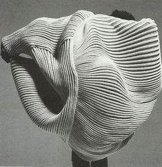 Media by - Issey Miyake, 1985 🙏🏽 plooi vloeiend lijnen concept mode grafisch Rei Kawakubo, Issey Miyake, Textiles, Foto Fun, Design Textile, Tim Walker, 3d Prints, Sculptural Fashion, Japanese Design