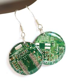 Circuit board earrings - Geeky earrings - recycled computer - round dangle earrings - 23 mm, resin - Circuit board earrings are a fancy accessory for a unique piece. Emphasize your different taste and - Recycled Jewelry, Resin Jewelry, Jewelry Crafts, Handmade Jewelry, Round Earrings, Dangle Earrings, Chandelier Earrings, Bijou Geek, Style Geek