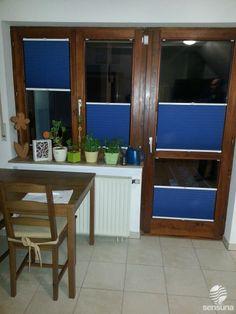 Auch an Holzfenstern und Türen kann man Plissees befestigen. Farbige Plissee Rollos als Sicht- und Sonnenschutz können tolle Akzente setzen!  #Küche #Fenster #Tür #Fensterdeko