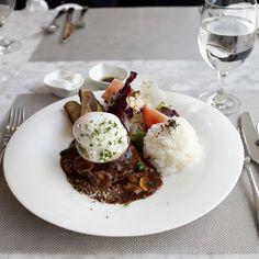 햄버거 스테이크 - Hamburger steak   한우로 만든 두툼한 패티와 그린샐러드 그리고 오븐에 구운 허브향의 감자구이!    요리와 갤러리가 만나 탄생한 이탈리아 레스토랑 S.TERRACE에서 만나세요