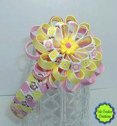 Very pretty flower headband Fabric Flower Pins, Flower Hair Bows, Diy Hair Bows, Diy Bow, Diy Ribbon, Ribbon Work, Ribbon Crafts, Hair Barrettes, Hairbows