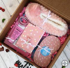 Ideas For Diy Geschenke Weihnachten Kleine Diy Gift Baskets, Christmas Gift Baskets, Christmas Gifts For Friends, Christmas Diy, Basket Gift, Christmas Beauty Hamper Ideas, Christmas Gift For Girlfriend, Xmas, Diy Christmas Gifts For Men