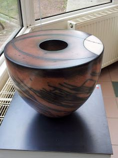 Tjok Dessauvage - Biennale Internationale de la Céramique de Steenwerk - Edition 2013 #ceramic Raku Pottery, Pottery Handbuilding, Pottery Plates, Ceramic Clay, Ceramic Painting, Ceramic Artists, Pottery Designs, Pottery Ideas, Sculptures Céramiques