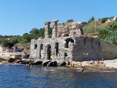 Napoli nella zona di Posillipo è celebre il palazzo degli Spiriti a Marechiaro, resti di una villa romana in cui si dice si aggiri ancora lo spirito di Virgilio