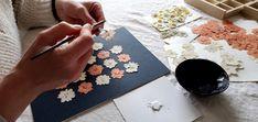 Tableaux de fleurs séchées et pressées / Pressed flower art Playing Cards, Painted Canvas, Plants, Playing Card Games, Game Cards, Playing Card