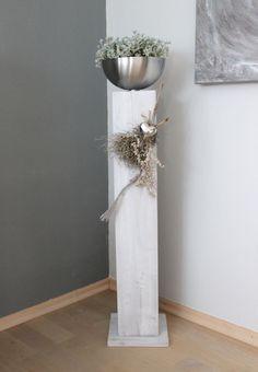 GS85 – Große Säule für Innen und Aussen! Große Säule aus neuem Holz weiß gebeizt, dekoriert mit natürlichen Materialien , einem Edelstahlherz und einer Edelstahlschale zum bepflanzen! Preis ohne Pflanze 84,90€ Höhe ca 100cm