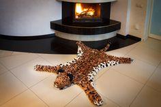 Согласитесь, что-то есть в этом сочетании: камин и теплая шкура?   #леопард #лео #пятнистый #помпон #пумпон #тепло #уют #вязание #ручнаяработа #fashion #home #handmade #уют@artpompon