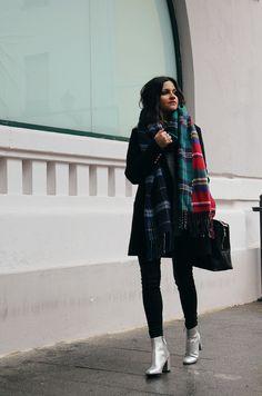 outfit llevando maxi bufanda de cuadros y botines plata