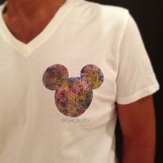 #DIY Disney shirt using the negative of you Mickey Mouse's head stencil, using freezer paper and cloth paints .. And have fun ❤