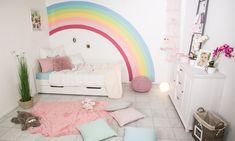 Farbe an der Wand muss sein. Vor allem im Kinderzimmer dürfen bunte Farben nicht fehlen. Sie machen nicht nur gute Laune, sondern regen auch die Kreativität und Phantasie der Kleinen an. Da wäre doch ein schöner bunter Regenbogen genau das Richtige. Egal ob für Mädchen oder Jungs, damit haben sicher beide eine große Freude. Wie …
