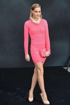 A modelo e DJ Leigh Lezark escolheu um modelo da Chanel, combinado com colar de pérolas, sapatos nude e bolsa estruturada também Chanel.