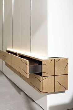 hülsta zeigt mit GENTIS die hohe Kompetenz bei der Verarbeitung von Holz. Die Naturstamm-Möbel sind als 5-Lagen-Vollholzplatte aufgebaut.
