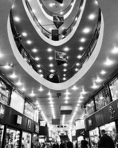 Adoro passear pelo centro de São Paulo. Em especial a Galeria do Rock @galeriadorockoficial ou Galeria 24 de maio, que apesar de ter perdido um tanto da sua origem rock e punk, continua um lugar interessante. Para comprar tênis e moda de rua também recomendo muito, a variedade de modelos únicos das grandes marcas é só aqui.  Lojas Your Id @youridstore e Kings Sneakers @lojakings