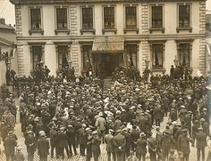 A crowd gathered outside the Mansion House in Dublin, one day before a truce was signed in the War of Independence. Date: 8 July 1921 NLI Ref. Ireland 1916, Dublin Ireland, Churchill, Dublin House, Easter Rising, Protest Posters, Irish Eyes, Mansions Homes, Pictures Of People