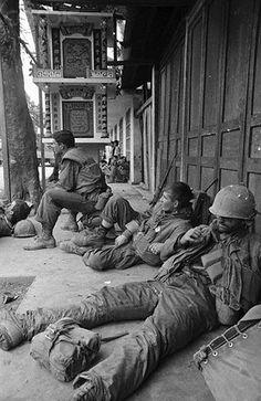 https://flic.kr/p/6EXEJZ | U1583836 | 17 Feb 1968, Hue, South Vietnam --- Battle-weary Leathernecks take a bread during house-to-house combat here. --- Image by © Bettmann/CORBIS