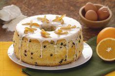 La chiffon cake arancia e cioccolato è una versione ancora più golosa della ciambella soffice, con gocce di cioccolato e una glassa all'arancia.