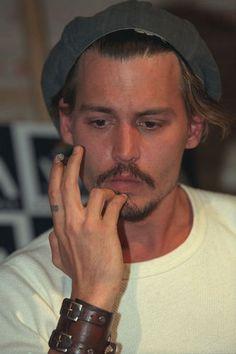 "Johnny Depp photographed at the ""Ninth Gate"" Press Conference, September Johnny Depp Smoking, Young Johnny Depp, Here's Johnny, Junger Johnny Depp, Kentucky, Sean Penn, George Clooney, Brad Pitt, Celebrity Crush"