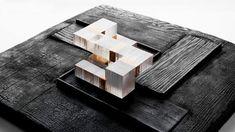 Madera quemada y cubos translúcidos