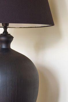 Klassisk og nøytral nyanse som lett kan kombineres med andre farger. Ikke minst til sort! #klassisk#lys#antikk#light#white#classic#kombinasjon#Farge#stue#livingroom#soverom#bedroom#kjøkken#kitchen#maling#inspirasjon#inspiration#sort#lampe#bordlampe#maling#painting#fargekart#Fargerike Lights, Home Decor, Decoration Home, Room Decor, Lighting, Home Interior Design, Rope Lighting, Candles, Home Decoration