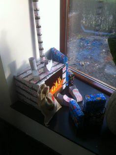 schoorsteen geknutseld met cadeau eromheen en schoenen getekend....