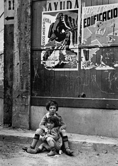 Robert CAPA :: Two children left to their fate. Bilbao, Spain, May Guerra Civil Magnum Photos, War Photography, Street Photography, Landscape Photography, Fashion Photography, Wedding Photography, Magnum Fotografie, Vintage Photographs, Vintage Photos