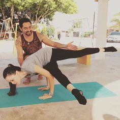 """Hoy quiero compartirles mi felicidad, muchas personas me preguntan como combatir esa ansiedad durante el día, el stress de la rutina.  Yo les recomiendo """"Ejercicio, alimentación y espiritualidad""""  Muchos saben que todos los días hago ejercicio, pero uno de los momentos que mas disfruto es el momento de realizar yoga.  Al llegar el yoga en mi vida, mi ser mejoro, pues me encuentro en un constante trabajo para encontrar un equilibrio, el yoga logro no solo hacerme sentir bien al utilizar todos…"""