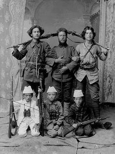 Vëllezërit Bellkameni gjatë kryengritjes së vitit 1912, Korce, foto Thimi Zografi