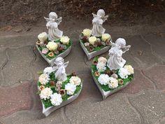 Cemetery Flowers, Table Decorations, Halloween, Diy, Flower Arrangements, Crowns, Mom, Bricolage, Handyman Projects
