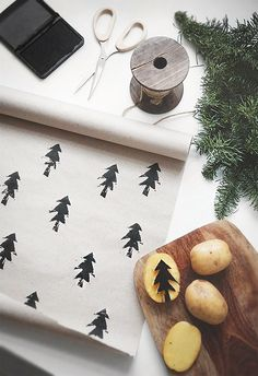 Such an easy DIY craft for gift wrapping paper / meaningful gifts / Holidays and celebrations / potato stamp / kid crafts Noel Christmas, All Things Christmas, Xmas, Christmas Ideas, Christmas Paper, Homemade Christmas, Simple Christmas, Christmas Flatlay, Scandinavian Christmas Decorations