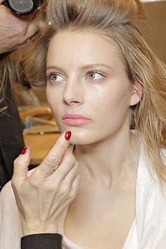 The BEST sweat-proof summer makeup! Tips, tricks, and product recommendations from a professional makeup artist. | See more about Summer Makeup, Professional Makeup and Makeup Tips.