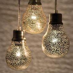 Bate e rebate! O espelho causa o efeito rebatedor na luminária pendente. Uma ideia para um quarto moderno.