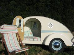 Camping comfort and style in a teardrop trailer Teardrop Camper Interior, Teardrop Camper Trailer, Tiny Camper, Small Campers, Cool Campers, Airstream Interior, Rv Campers, Vintage Caravans, Vintage Travel Trailers
