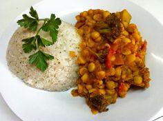 Garbanzos masala con vegetales salteados acompañado de arroz al coco.