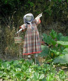 Dig it! Resourceful Saver Propagating Seeds In the Garden Garden Whimsy, Garden Junk, Lawn And Garden, Garden Crafts, Garden Projects, Scarecrows For Garden, Diy Jardin, Diy Scarecrow, Garden Features