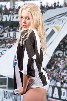 32 Smokin Hot Reasons Why You Should Support Italian Football League Giants Juventus Italian Football League, Hot Football Fans, Football Girls, Soccer Girls, Beautiful Gorgeous, Most Beautiful Women, Black Pink ジス, Hot Fan, Motorbike Girl