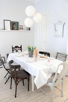 Le coin repas avec des chaises dépareillées
